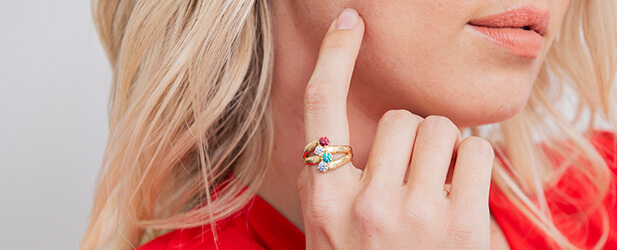 Birthstone ring on a Solo Mio Jewellery model