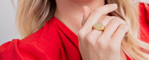 signet ring on a Solo Mio Jewellery model